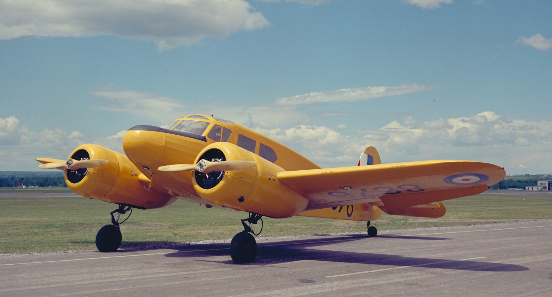 Un Cessna Crane Mk 1 portant la couleur jaune des avions-écoles. PHOTO : Archives du MDN, PCN-3871