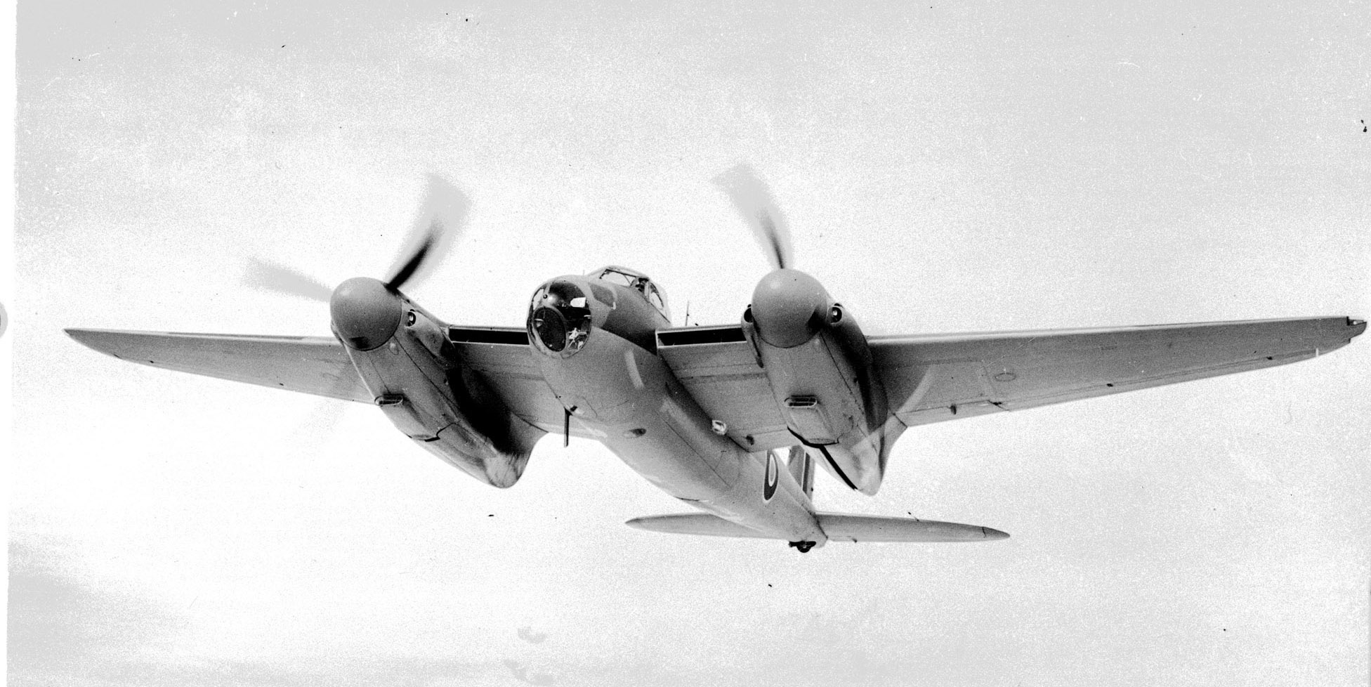 Une photo d'un Mosquito B Mk 25 en vol prise le 25 janvier 1943. PHOTO : Archives du MDN, PL-14570