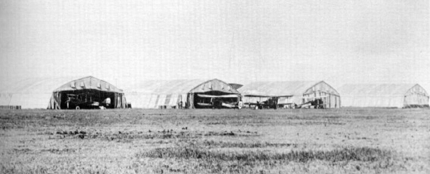 Les hangars « Bessonneau », durant la Première Guerre mondiale » à la station d'aviation High River, en 1920. PHOTO : Bomber Command Museum