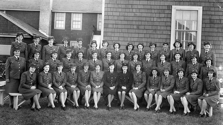 Les membres de la division féminine de l'Aviation royale du Canada se rencontrent le temps d'une photo à l'École de pilotage no 5 à High River, en Alberta. PHOTO : Bomber Command Museum