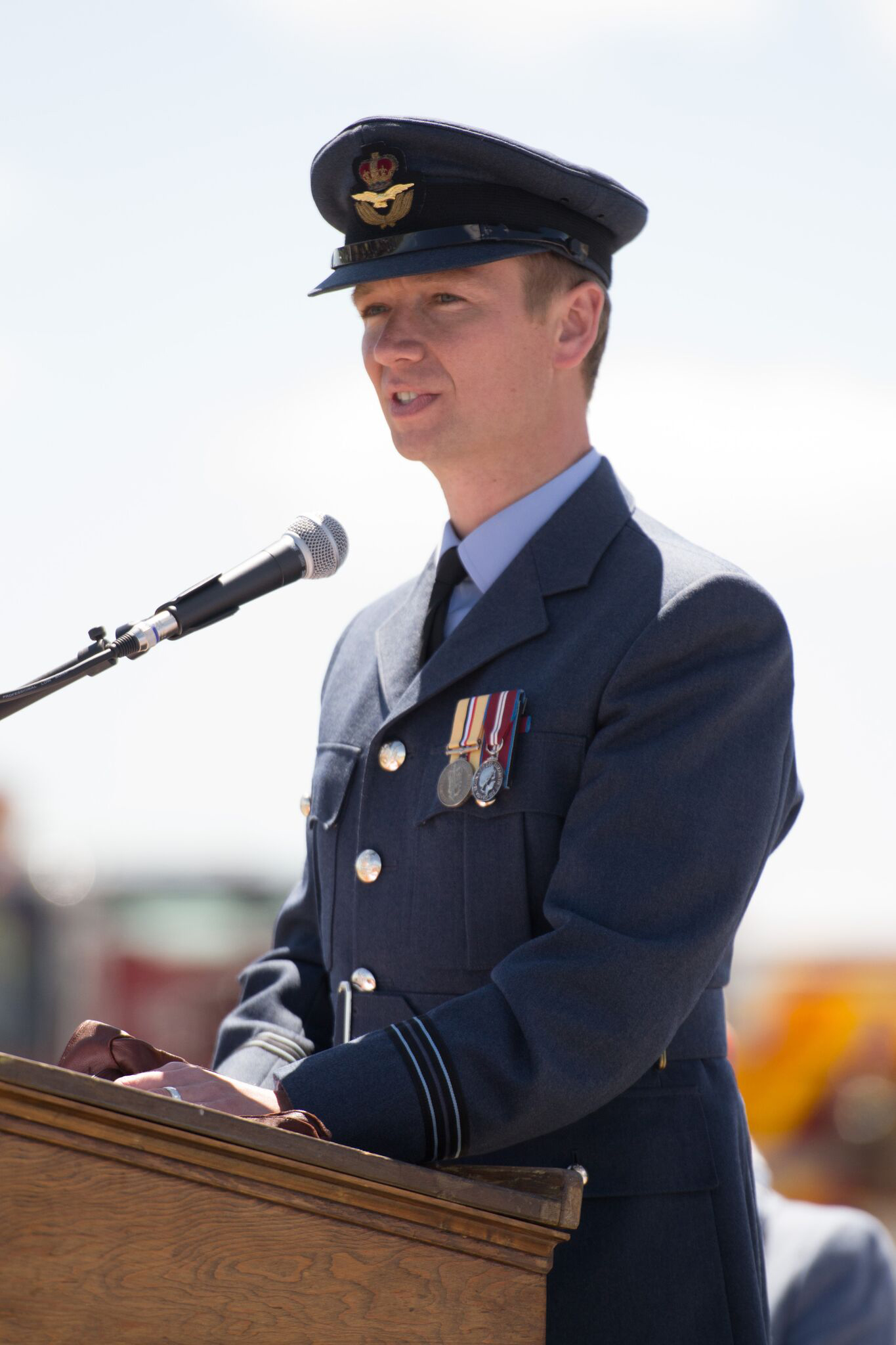 Le capitaine d'aviation James Andrews, de la Royal Air Force, prend la parole devant la foule réunie à l'occasion du 75e anniversaire de l'École élémentaire de pilotage no 31 De Winton, le 15 juin 2016. PHOTO gracieuseté d'Anne Gafiuk