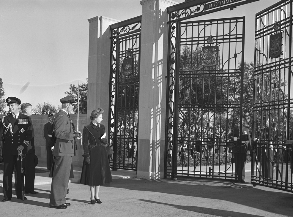 Son Altesse Royale la princesse Elizabeth et le colonel d'aviation G. P. Dunlop regardent les grilles commémoratives du PEACB à Trenton, lors de la cérémonie d'inauguration en octobre 1951. PHOTO : Archives du MDN, PL-52822