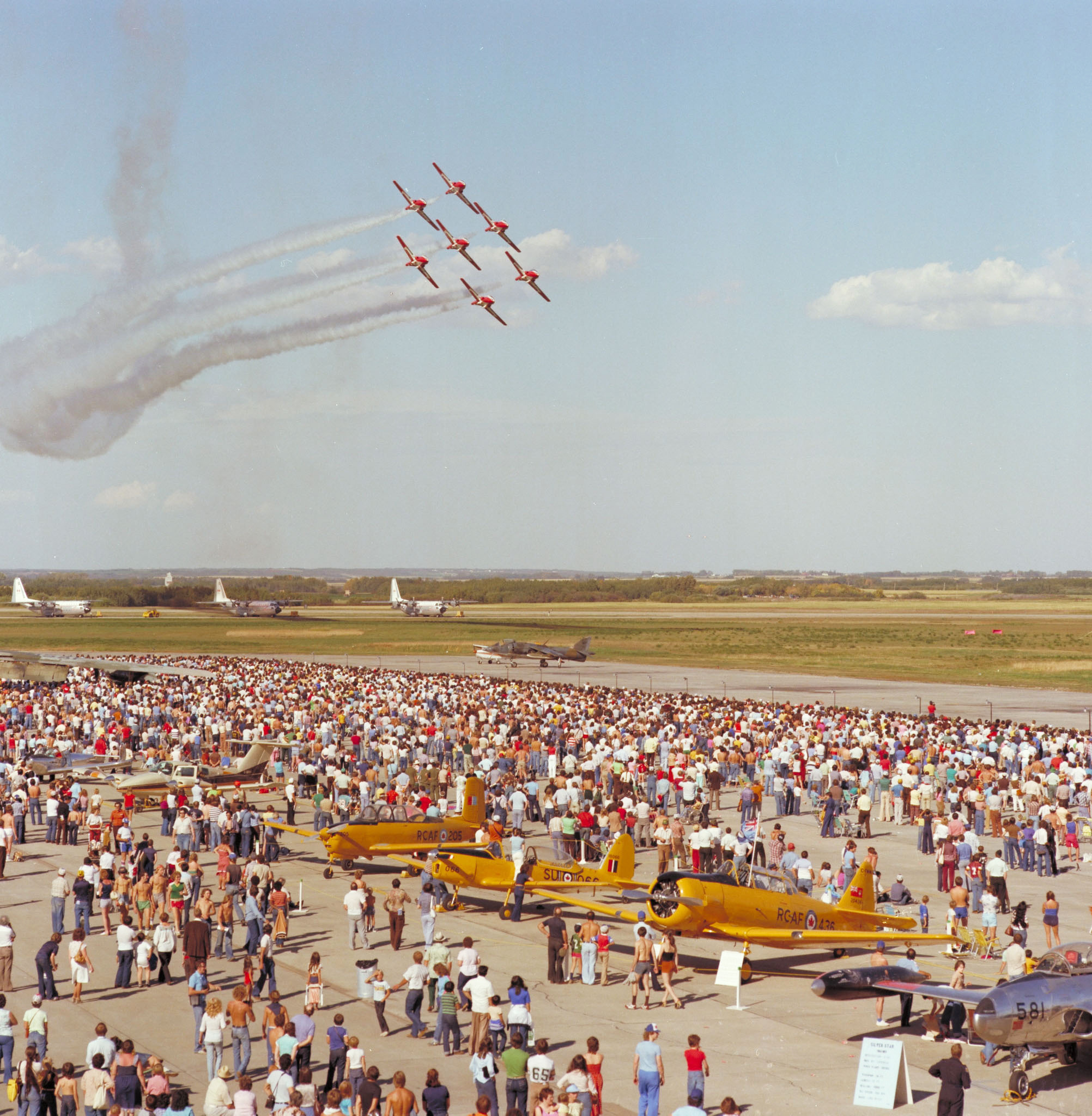 Le 6 septembre 1980, sept aéronefs des Snowbirds participent à un spectacle aérien à la BFC Edmonton. PHOTO : Archives du MDN, EMC80-542
