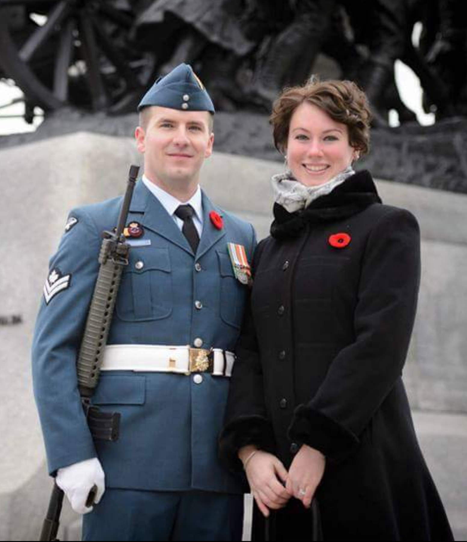 Le caporal-chef George Arsenault, sentinelle de l'Aviation royale canadienne, et sa femme Emily se tiennent devant le Monument commémoratif de guerre du Canada, à Ottawa, en Ontario, avant la cérémonie du jour du Souvenir de 2016. PHOTO : Caporal Michael MacIsaac