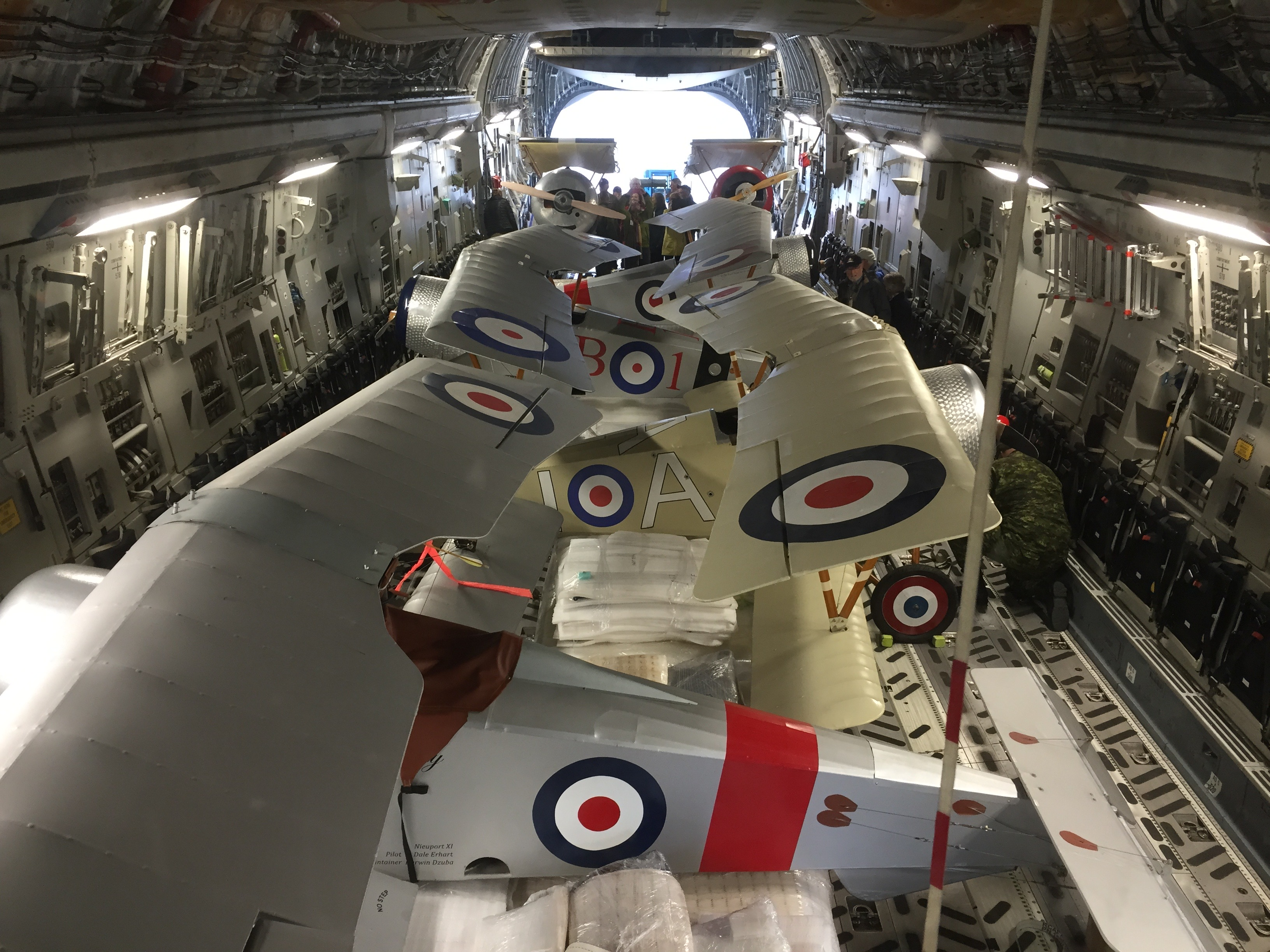 On dirait un casse-tête! Les avions de la Vimy Flight Association sont bien disposés à bord du CC-177 Globemaster III. PHOTO : Major Holly-Anne Brown