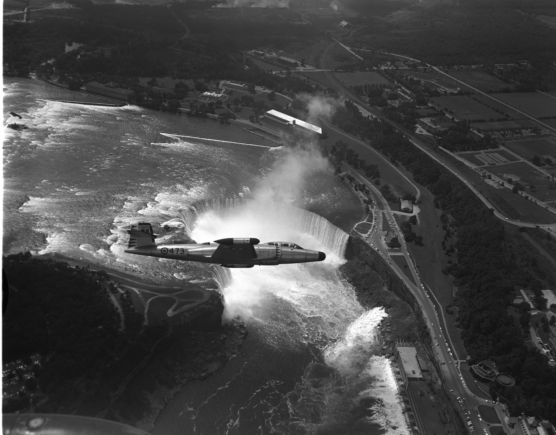 La photo non datée ci-dessus montre un avion CF-100 Canuck du 423e Escadron survolant les chutes Horseshoe, à Niagara Falls, en Ontario. PHOTO : Archives du MDN, PL-95055