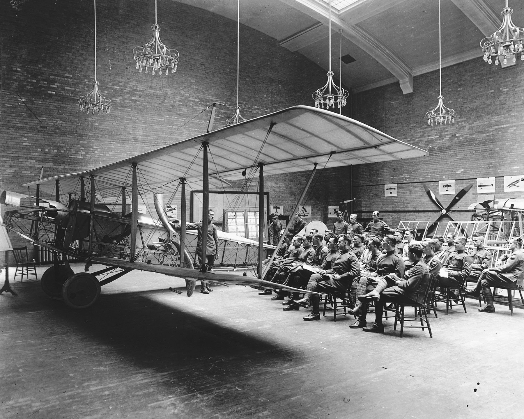 Des militaires du Royal Flying Corps Canada assistent à une présentation sur le cordage et la structure d'aéronefs à l'École d'aviation de Toronto, en Ontario. PHOTO : Archives du MDN, RE-19062-40