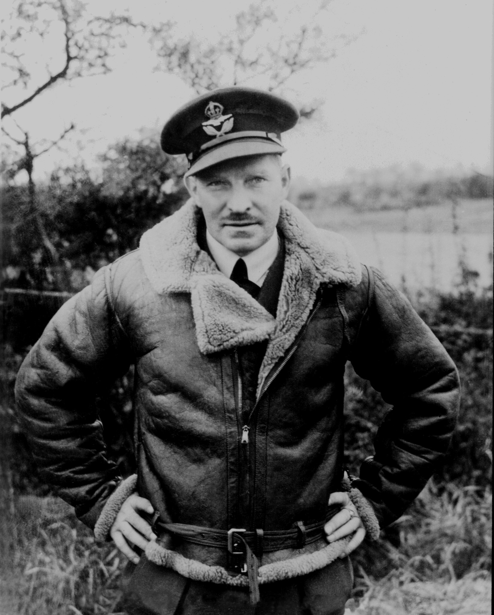 Une photo du commandant d'aviation Ernest Archibald McNab, de Rosthern, en Saskatchewan, prise autour de 1940 en Angleterre. PHOTO : Archives du MDN, PL-905