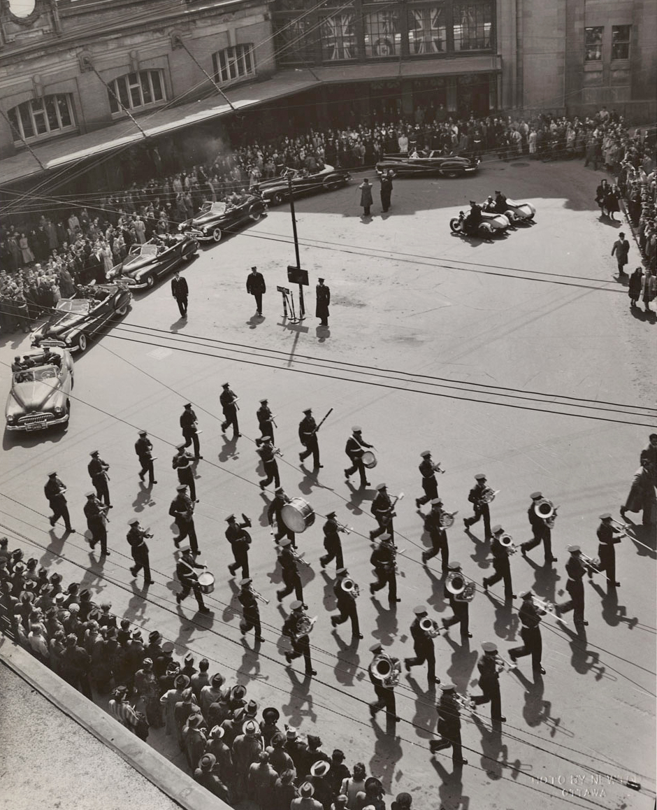 On April 7, 1948, a parade was held in Ottawa in honour of the RCAF Flyers, ice hockey gold medal winners at the 1948 Winter Olympic Games in St. Moritz, Switzerland. PHOTO: LAC MIKAN no. 4842100