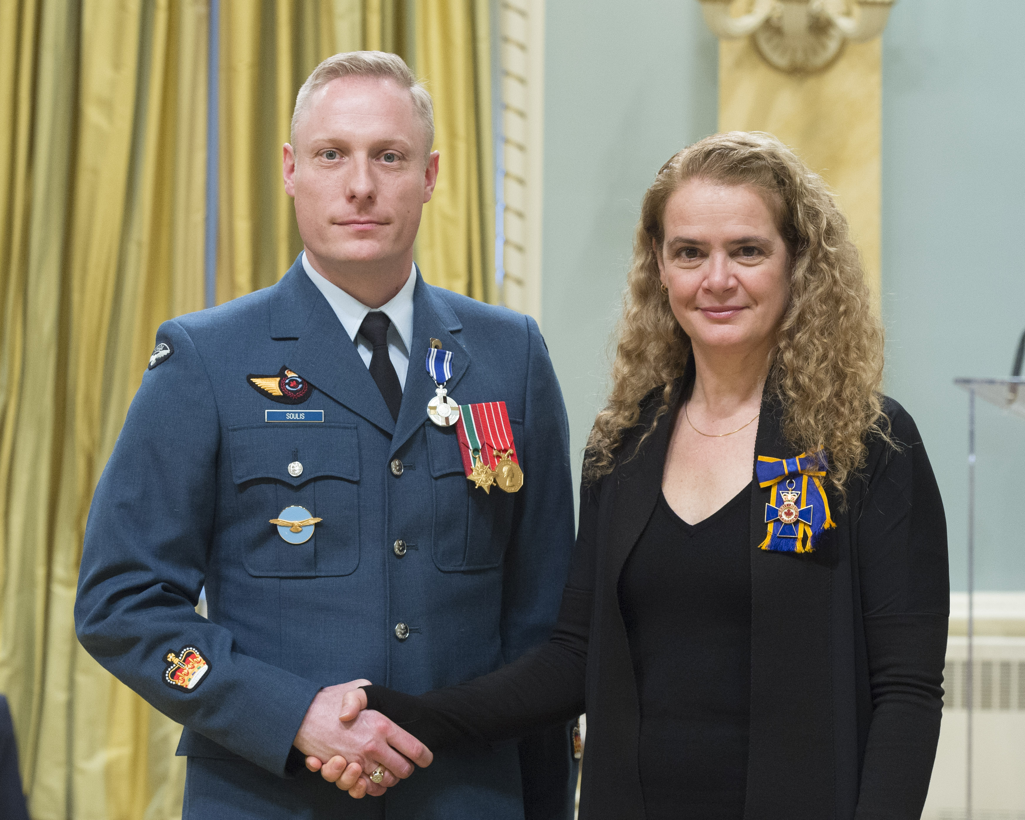 Sergeant Nicolaas Soulis receives the Meritorious Service Medal (Military Division) from Governor General and Commander-in-Chief of Canada Julie Payette on February 28, 2018. PHOTO: Sergeant Johanie Maheu, OSGG, GG05-2018-0066-048