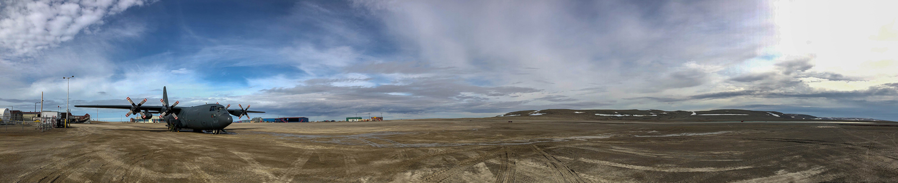 Une vue panoramique de l'aéroport de Resolute Bay, au Nunavut. PHOTO : Ignatius Rigor