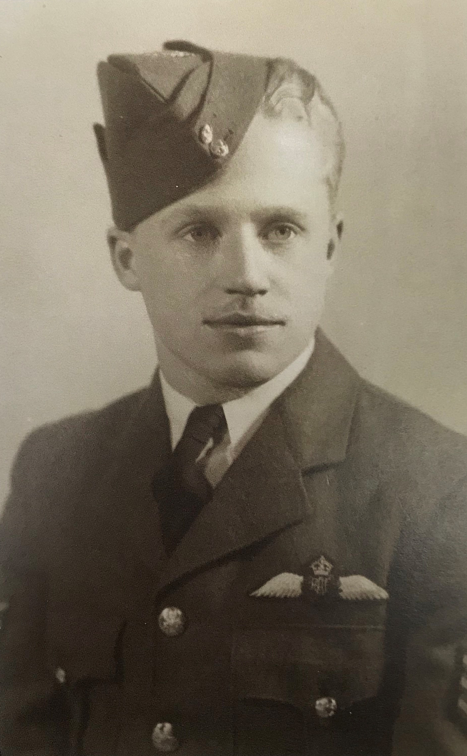 La photo de finissant du pilote Jean Cauchy, lors de l'obtention de son brevet, en 1944. PHOTO : Fournie par Jean Cauchy