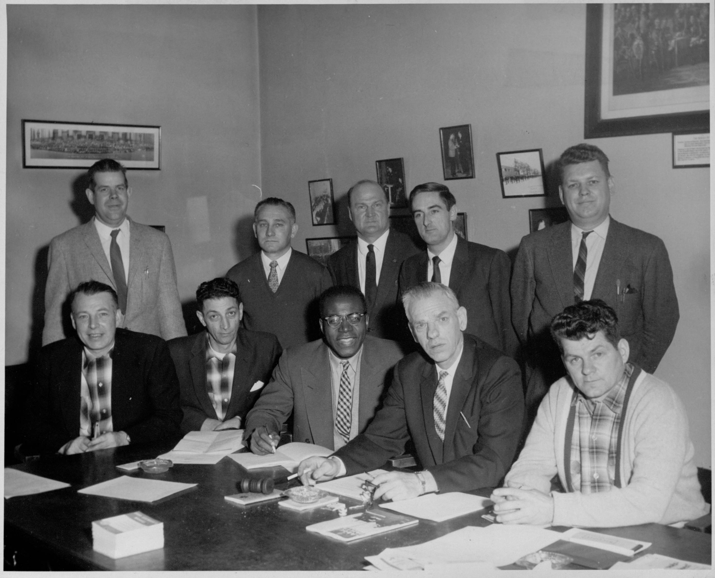 Henry Langdon et le comité exécutif de la section 1751 de l'Association internationale des machinistes en 1960. Le syndicat est devenu l'Association internationale des machinistes et des travailleurs de l'aérospatiale en 1965. Dans la photo, on voit, debout, de gauche à droite, Tim Horst, L. Brosseur, B.T. Horan, président général de la section, Mike Pitchford, président du comité syndical, et E. Davidson, secrétaire financier. À l'avant, figurent, assis, de gauche à droite, J. Comeau, fidéicommissaire, R. Galazzo, fidéicommissaire, Henry Langdon, secrétaire de séance, Victor Rugenius, président, et E.D. Bowles, trésorier. PHOTO : L1985-13_018_019_029, collection de photographies de l'Association internationale des machinistes et des travailleurs de l'aérospatiale, Southern Labor Archives. Special Collections and Archives, Georgia State University
