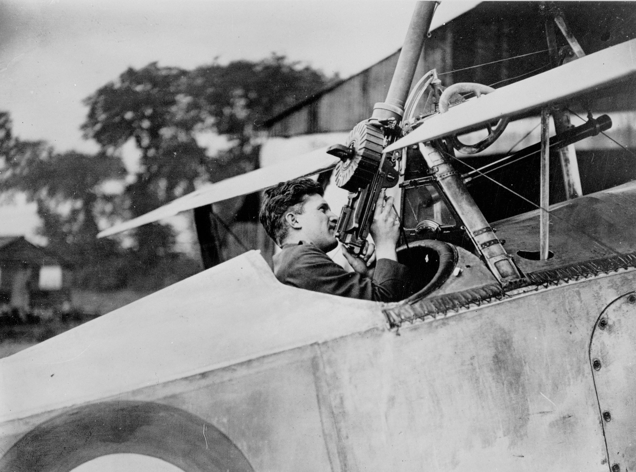 Le capitaine Billy Bishop, assis dans son avion Nieuport Scout, vérifie le fonctionnement de sa mitrailleuse Lewis le 6 août 1917. PHOTO : MDN