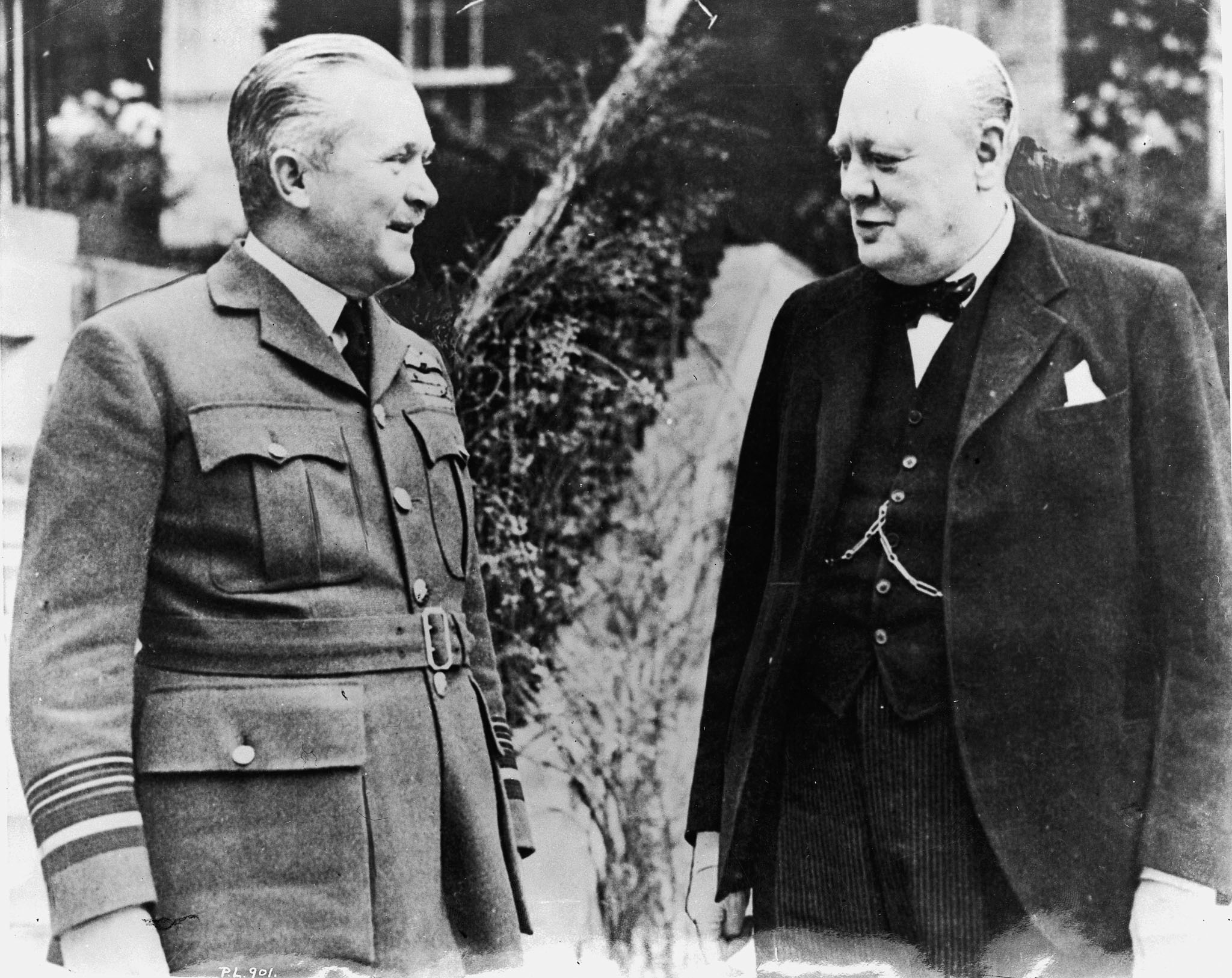 En 1940, le vice-maréchal de l'air William Avery Bishop discute avec le premier ministre Winston Churchill en Angleterre. PHOTO : MDN