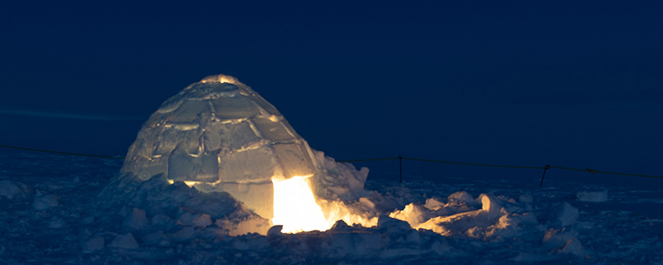 diapositives - Une photo d'un igloo illuminé pendant la nuit.
