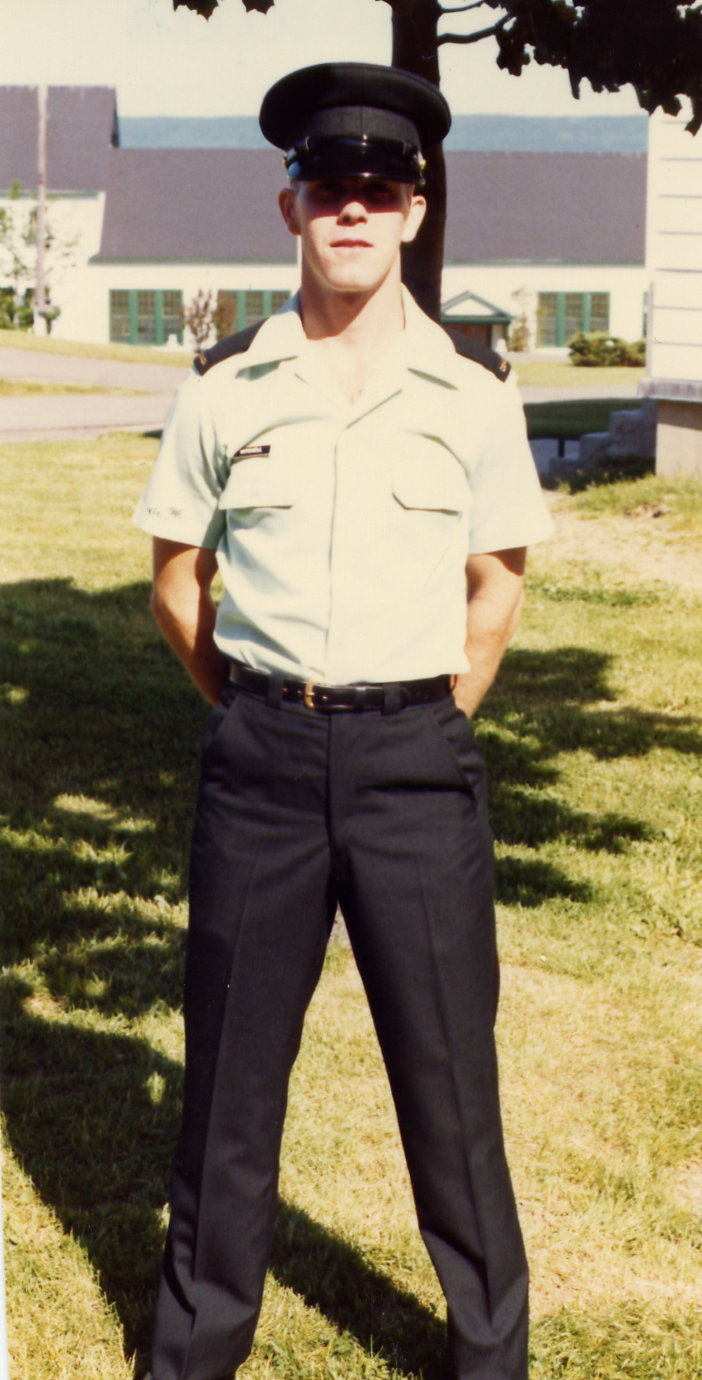 En 1984, Keith Mitchell est passé de la Force de réserve à la Force régulière, recommençant l'instruction de base à la base des Forces canadiennes Cornwallis. PHOTO : Fournie