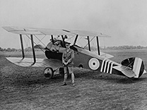 Le major William G. Barker devant un Sopwith Camel, vers 1918. PHOTO: Ministère de la Défense nationale (MDN)